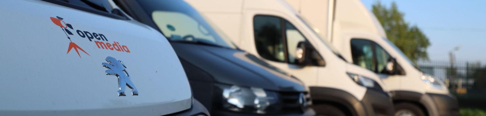 Posiadamy na wynajem w pełni wyposażone, zabudowane samochody przystosowane do przewozu sprzętu oświetleniowego, kamerowego i dźwiękowego.